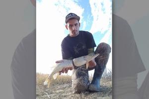 河裡撈起「看似斷成兩截的魚」後,發現卡在牠身體裡的東西...人類真的該好好反省了!